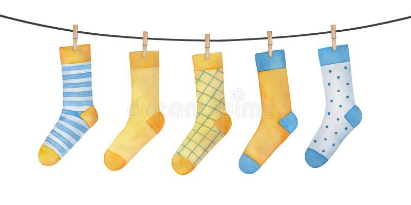 Различные красочные голубые и желтые носки на веревке для белья бесплатная иллюстрация