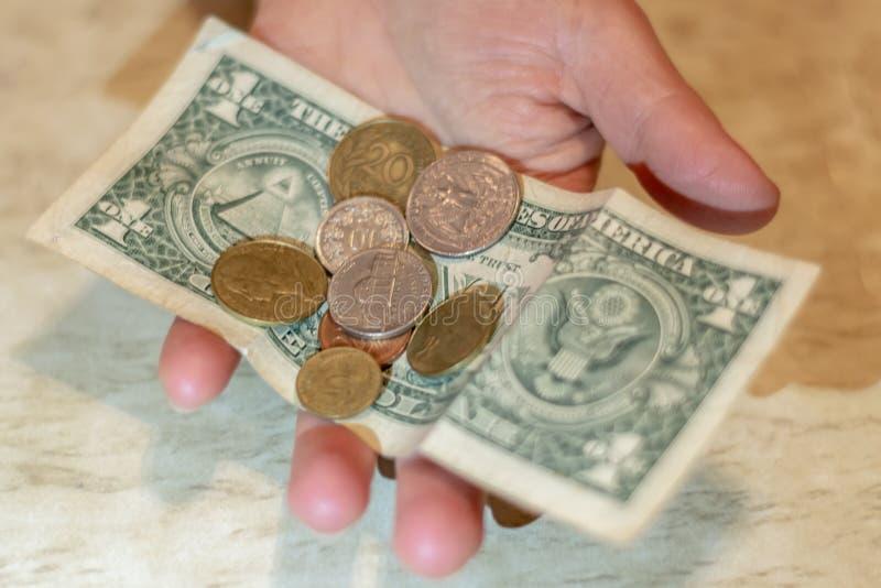 Различные случайные долларовые банкноты наличных денег и американские монетки разбросали иллюстрация штока