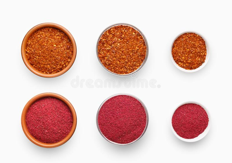 Различные с определенными размерами шары с перцем chili и sumac на белизне стоковые фото