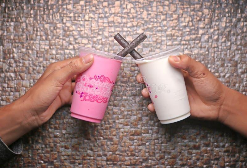 2 различных мороженого в стекле в удержании рук стоковые изображения
