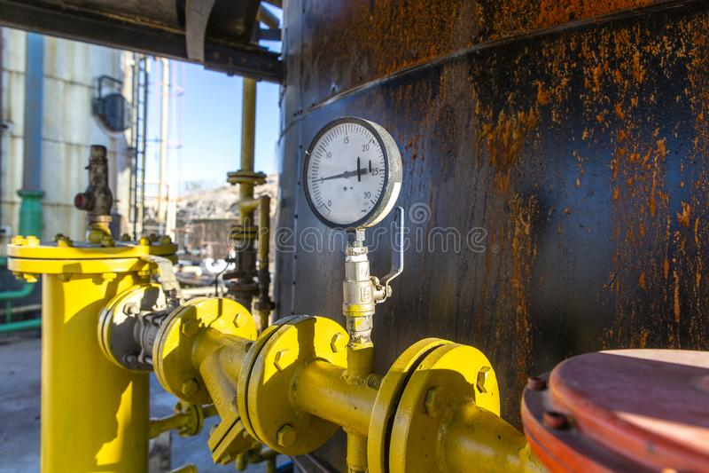 Разные виды клапанов и индикаторов в нефтедобывающей промышленности стоковые изображения
