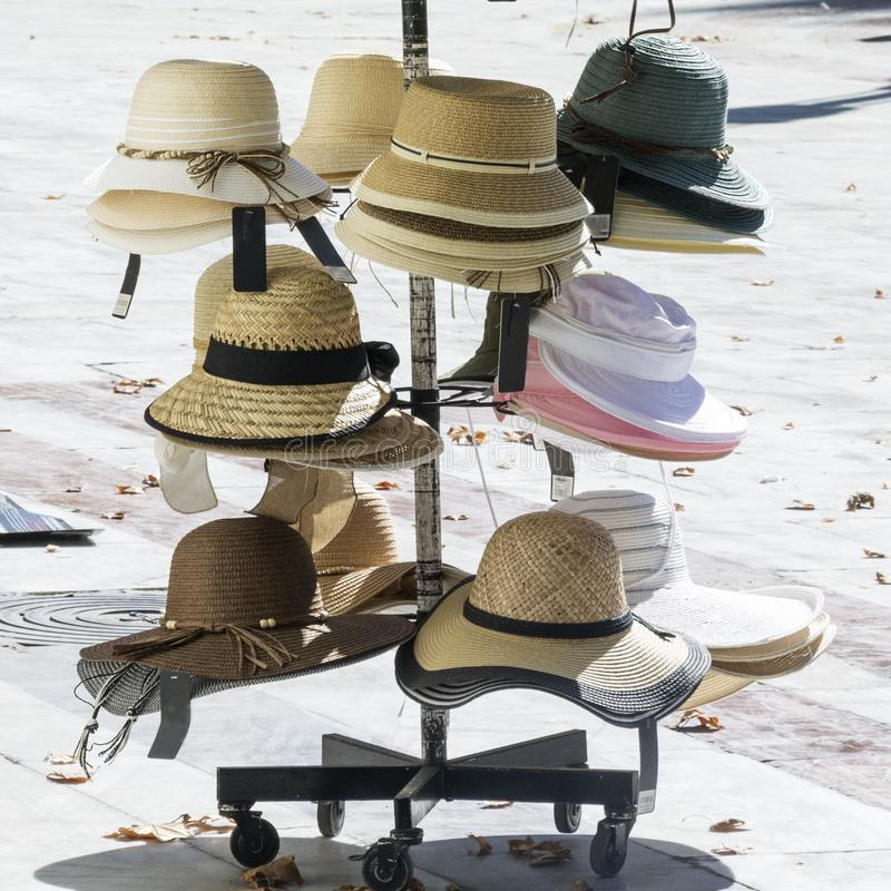 Разнообразие шляп для продажи на испанской улице в Севилья стоковое изображение