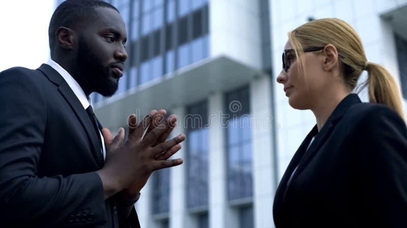 Разочарованный женский босс неудовлетворенный с работой работника низко-умелой, отставкой стоковое фото