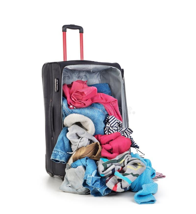 Раскройте чемодан с одеждой стоковое фото