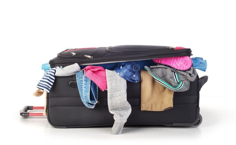 Раскройте чемодан с одеждой стоковые фото