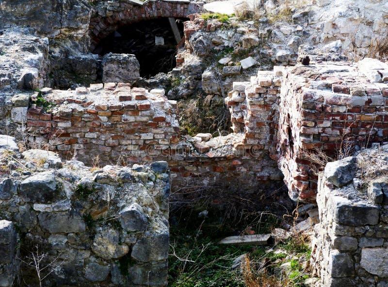 Распадаясь кирпич и каменные руины в исторической части замка Buda стоковые изображения
