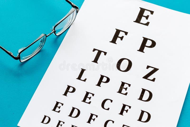 Рассмотрение глаза Диаграмма и стекла теста зрения на голубой предпосылке стоковое изображение rf
