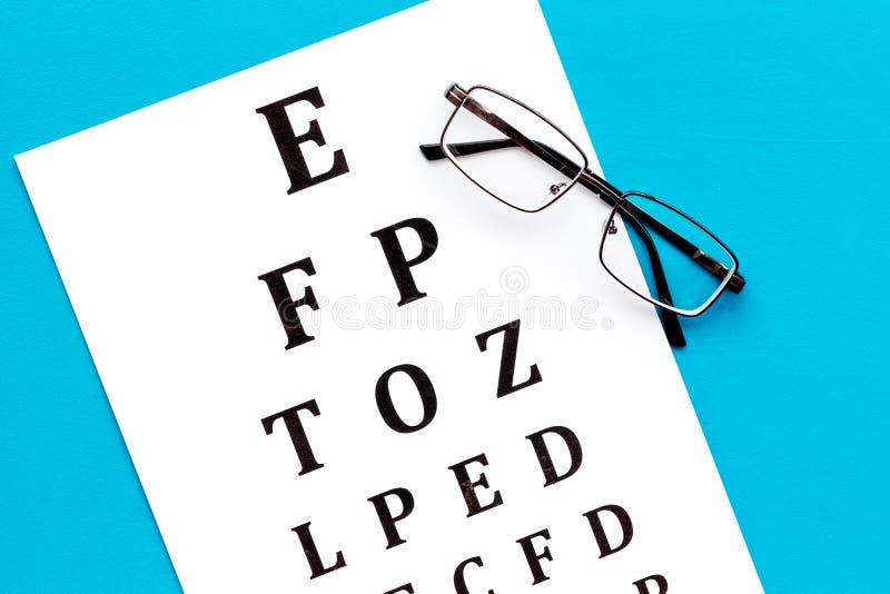 Рассмотрение глаза Диаграмма и стекла теста зрения на голубом взгляде сверху предпосылки стоковые фото