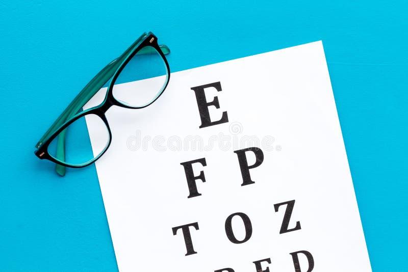 Рассмотрение глаза Диаграмма и стекла теста зрения на голубом взгляде сверху предпосылки стоковое изображение