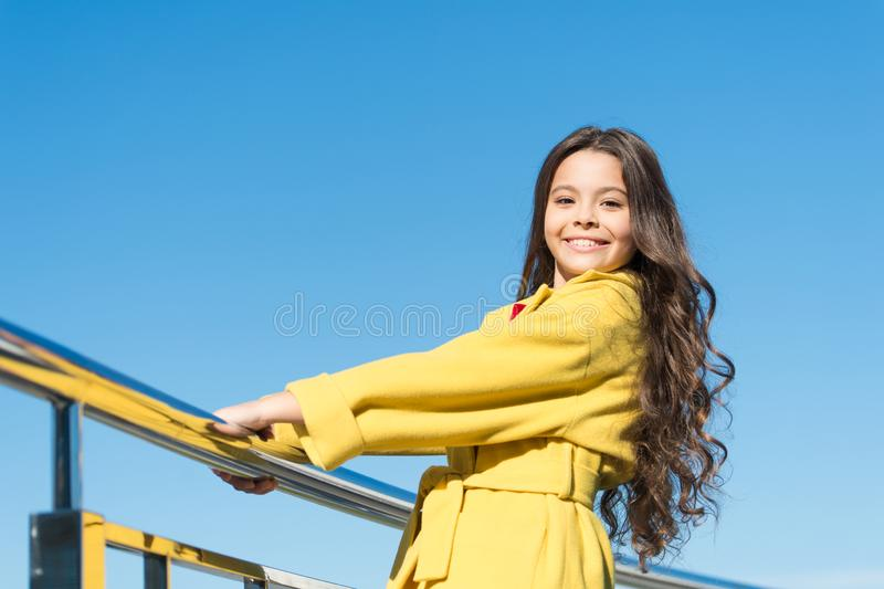 Расти более длинные и более толстые волосы Немногое ребенок со стильными длинными волосами брюнета Взгляд моды модели волос ребен стоковое изображение rf