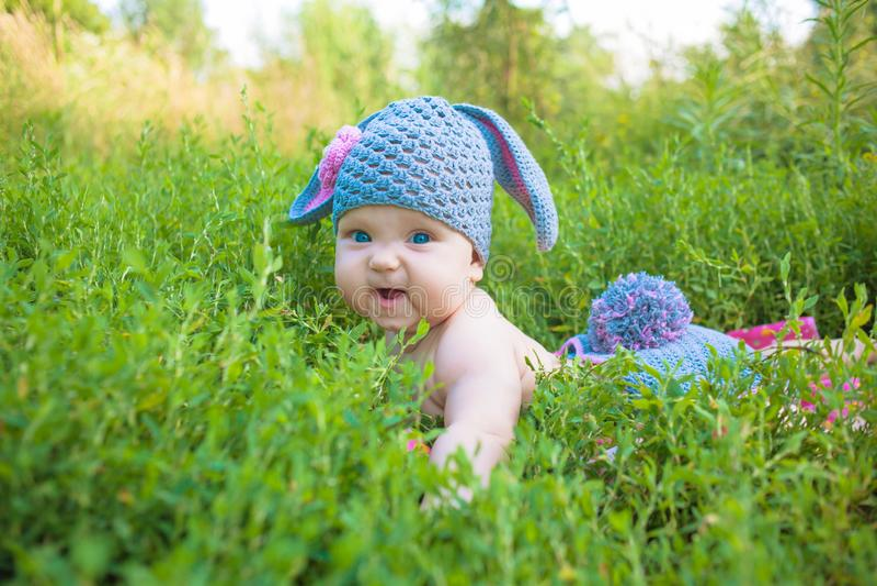 Ребенк младенца зайчика пасхи потеха детей имеет стоковые изображения rf