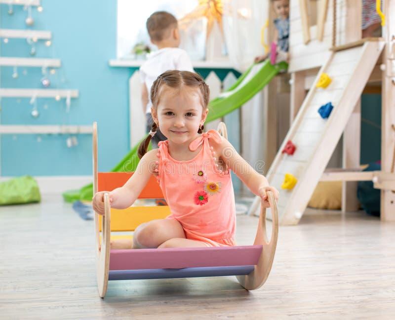 Ребенок играет в комнате ` s детей Дети в развлекательном центре Потеха в игровой ` s детей стоковое изображение