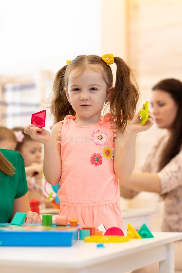 Ребенок играя с блоками в детском саде стоковая фотография rf