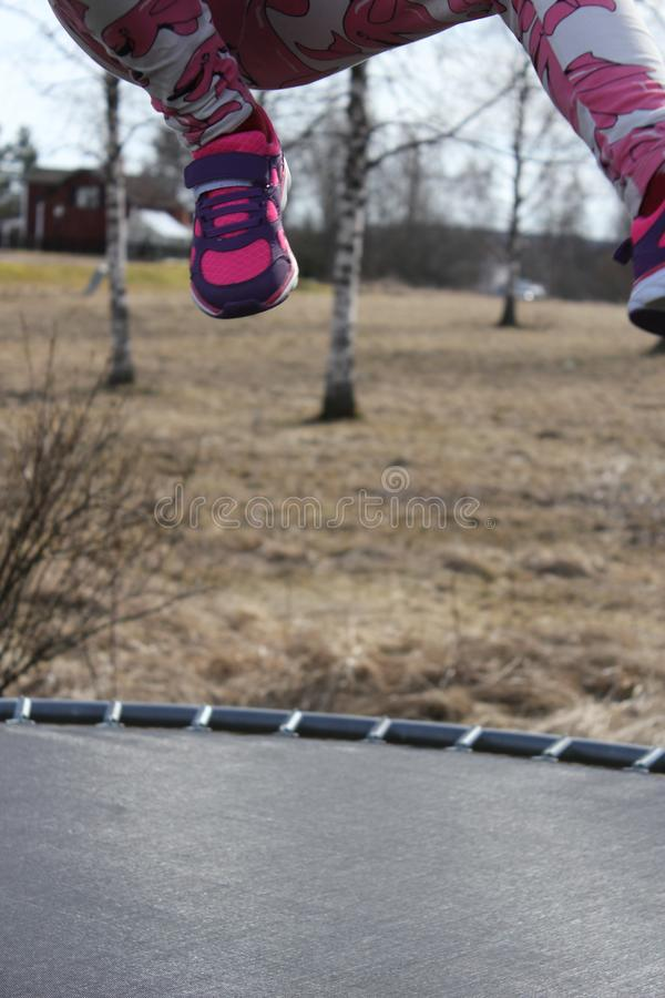 Ребенок скача на батут стоковое фото rf