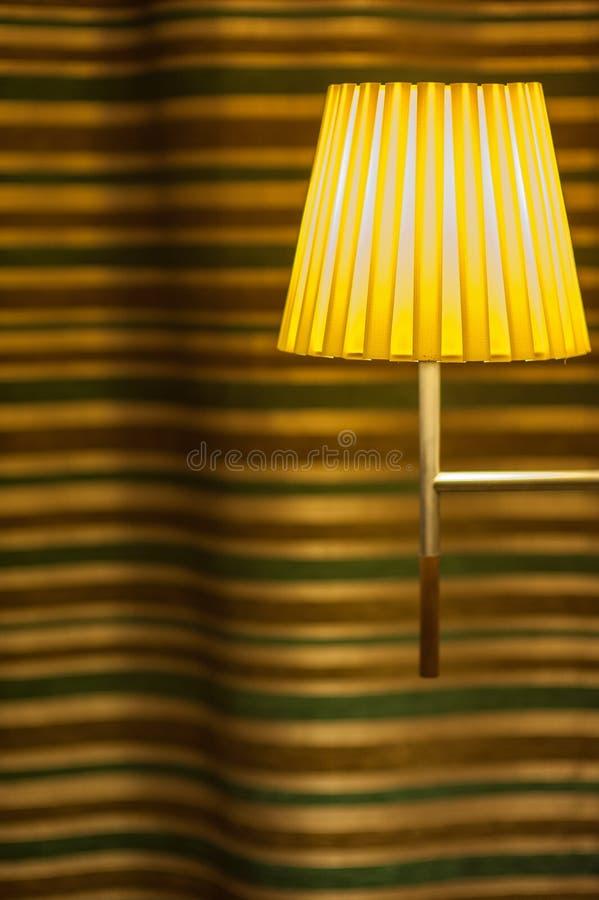 Ребристая потолочная лампа в конце-вверх комнаты стоковые изображения rf