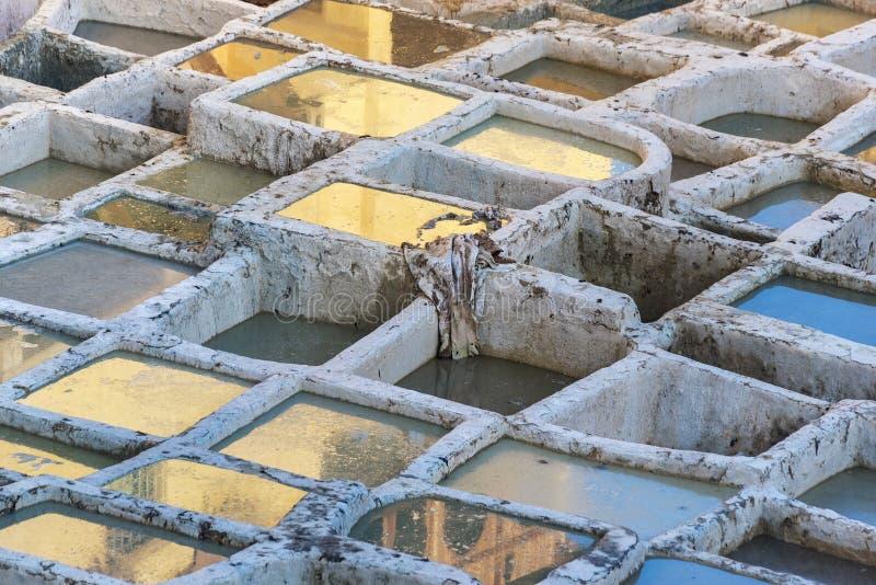 Резервуары краски в дубильне в старом medina Fes, Марокко стоковая фотография rf