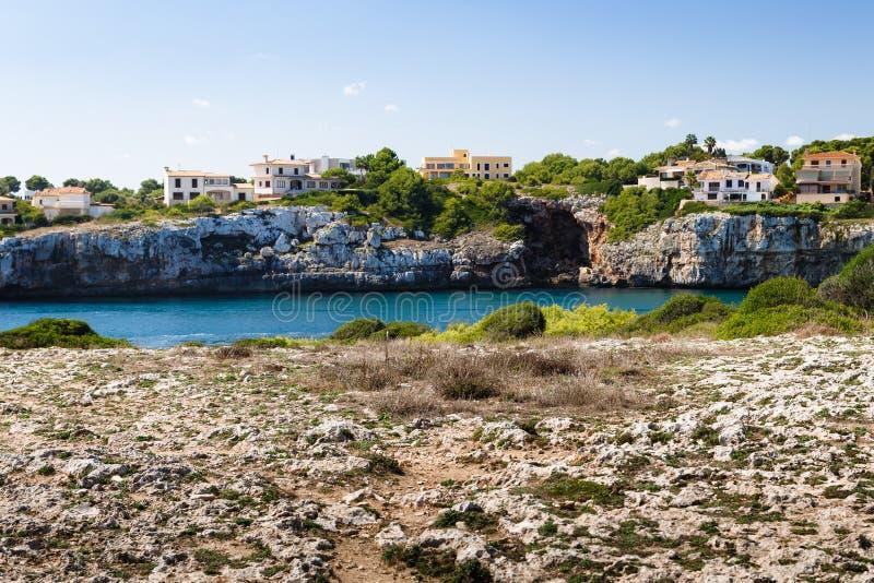 Река с крутым скалистым побережьем стоковые изображения rf