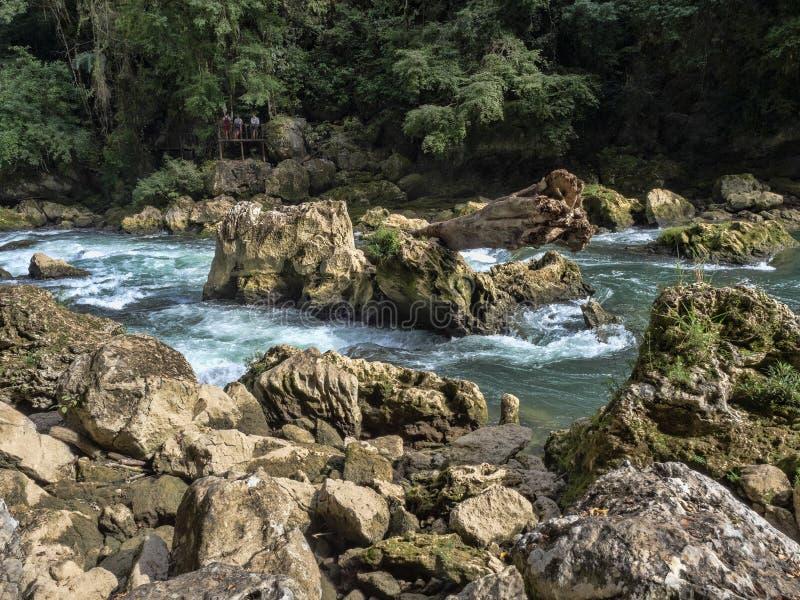 Река Cahabon, формирует многочисленные каскады, champey Semuc, Гватемалу стоковые фото