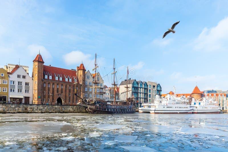 Река Motlawa зимы в Гданьск, взгляде на воротах Mariacka и кораблях стоковая фотография