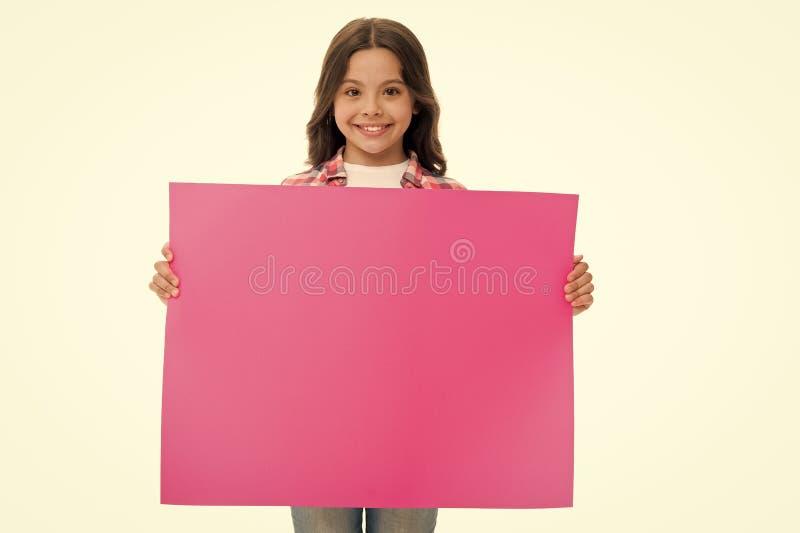 рекламодателя бумага владением маленькой девочки для рекламы ребенок рекламы с местом для космоса экземпляра рекламодателя стоковые фотографии rf