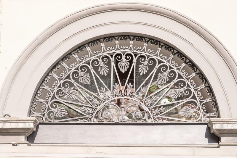 Решетка Ornated чугунная старого люнета, Кремоны, Италии стоковые изображения rf