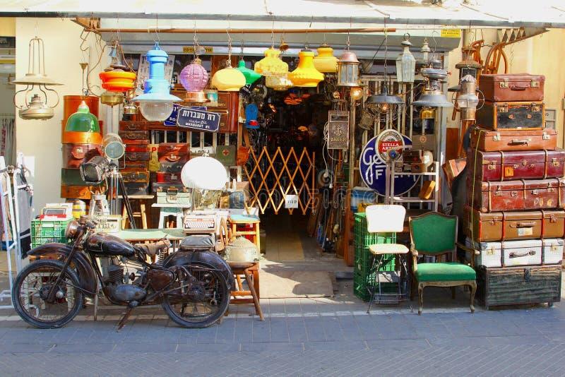 Ретро винтажная мебель чемоданов мотоцикла, магазин Тель-Авив стоковое фото rf