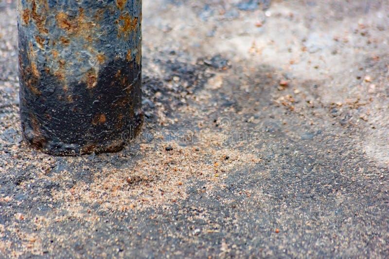 Ржавая труба металла на асфальте стоковые фото