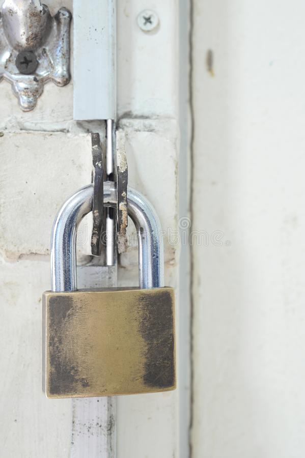 Ржавый и старый золотой padlock стоковое фото