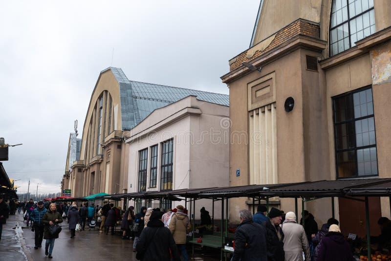 РИГА, ЛАТВИЯ - 16-ОЕ МАРТА 2019: Рынок Риги центральный внешний - исторический промышленный zeppeling дизайн ангара стоковое изображение rf