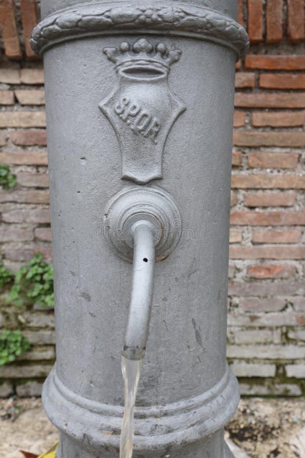 Римский фонтан с инициалами SPQR который значит римский Sena стоковое изображение rf