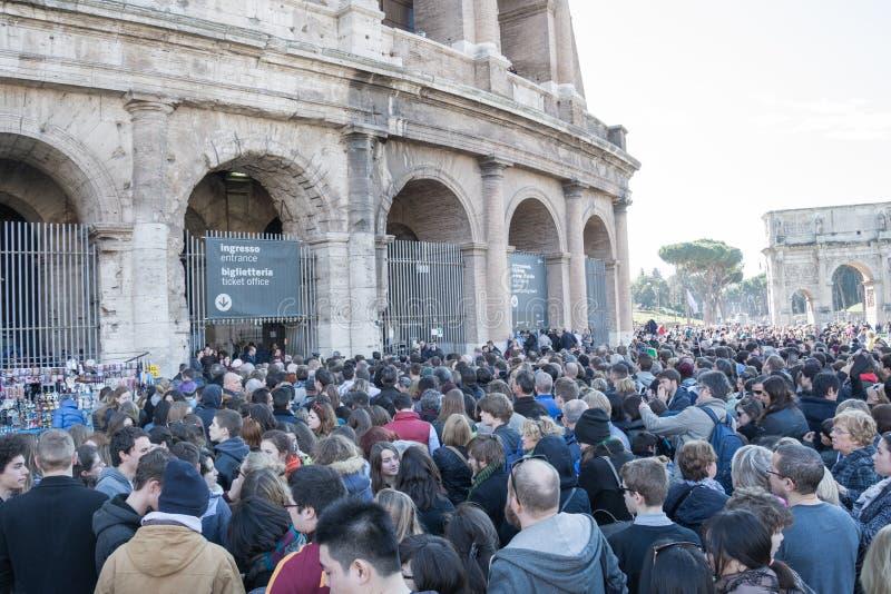 Рим, Италия - 16-ое февраля 2015: Туристы ждать в линии к входу Colosseum в Риме, Италии стоковая фотография rf