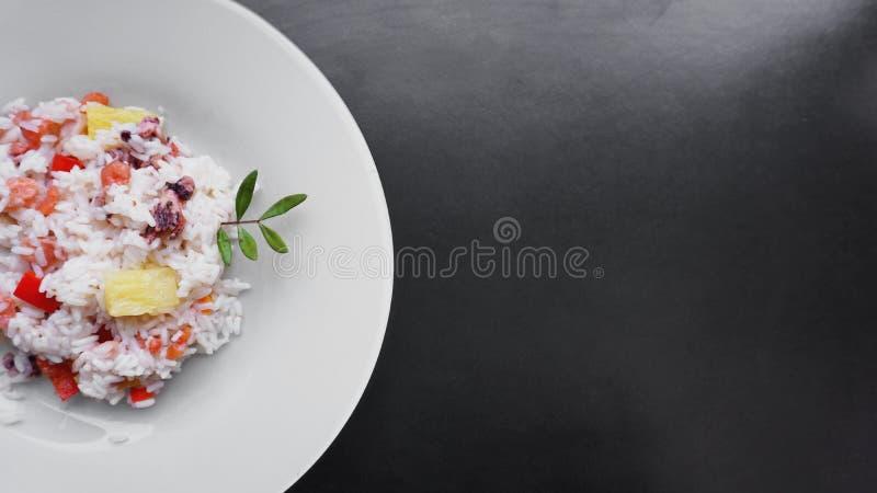 Рис с с креветкой и ананасом, Тайской кухней на белом блюде стоковые фото