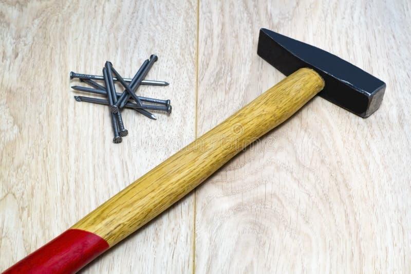 Ряд инструментов для деревянного молотка, ногтей стоковые изображения