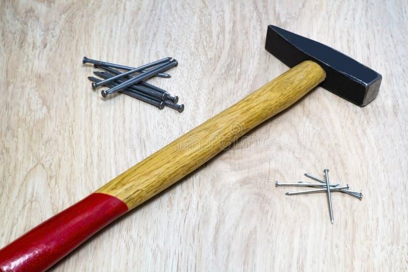 Ряд инструментов для деревянного молотка, ногтей стоковые фото