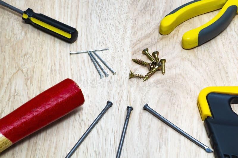 Ряд инструментов для деревянного молотка, ногтей, увидел стоковое изображение rf
