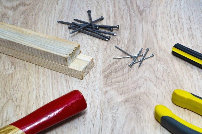 Ряд инструментов для древесины - молотка, ногтей, плоскогубцев, отвертки стоковые изображения