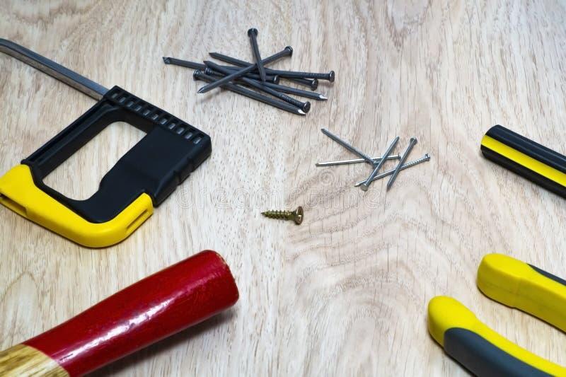 Ряд инструментов для древесины - молоток, ногти, увидел стоковые фото