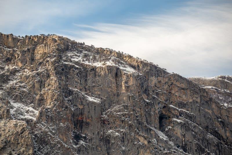 Ряд крымских гор со снегом, красивый minimalistic ландшафт природы стоковое изображение