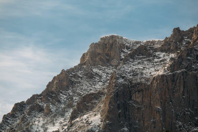 Ряд крымских гор со снегом, красивый minimalistic ландшафт природы стоковые фото