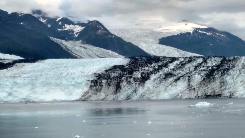 Рука Аляски Гарвард фьорда коллежа ледника Гарвард с горными пиками покрытыми снегом и спокойный Тихий океан с айсбергами от dist стоковые фото