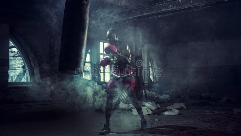 Рука боксера над черной предпосылкой Концепция прочности, нападения и движения стоковое изображение rf