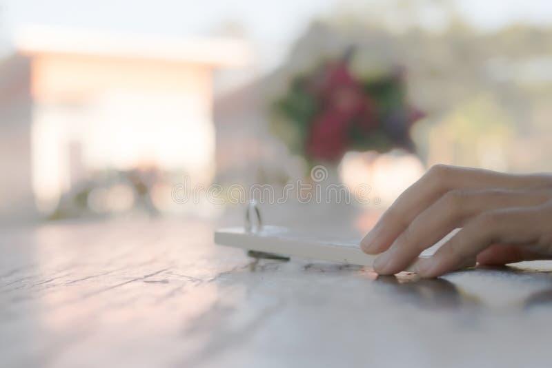 рука держа ключевую цепь на деревянном столе стоковые изображения