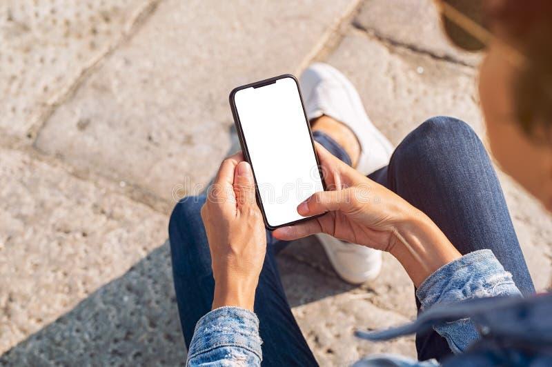 Рука держа пустой smartphone стоковые фото