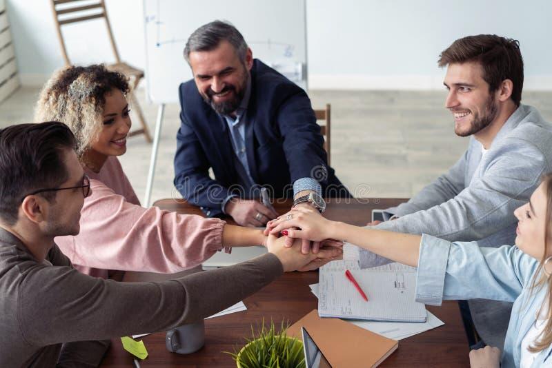 Руки деловых партнеров na górze одина другого символизируя товарищество стоковая фотография rf