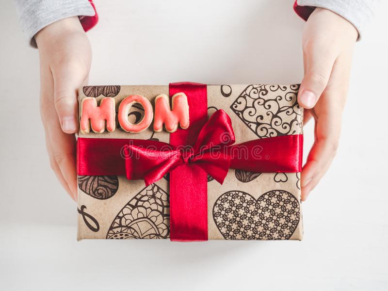 Руки детей, красивая коробка с подарком стоковое фото rf