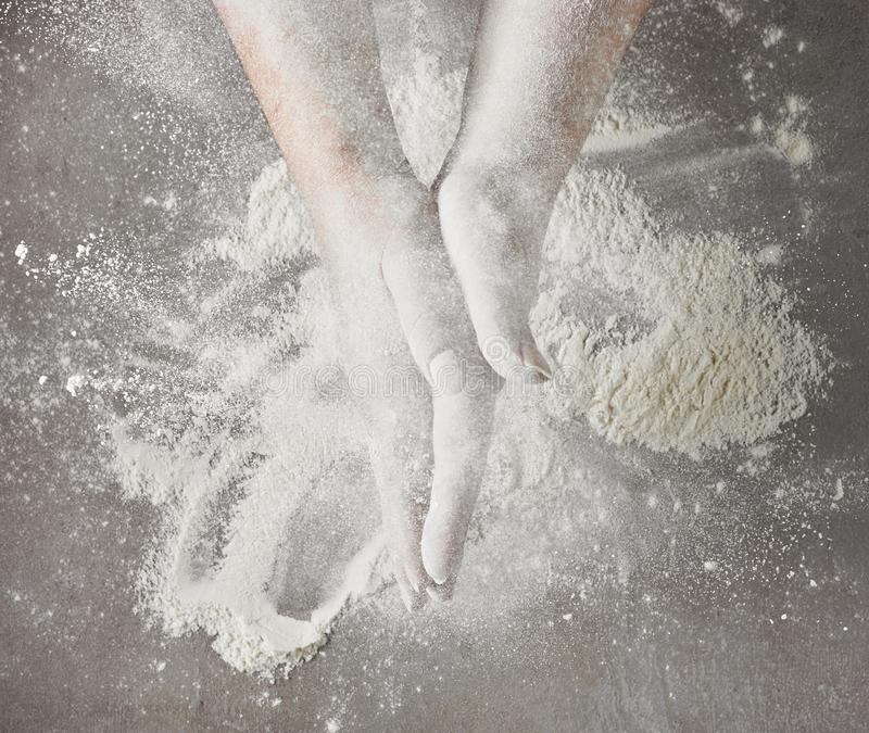 Руки хлебопеков с мукой в движении стоковые фото