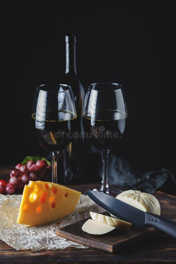 Руки отрезали сыр к вину стоковые изображения