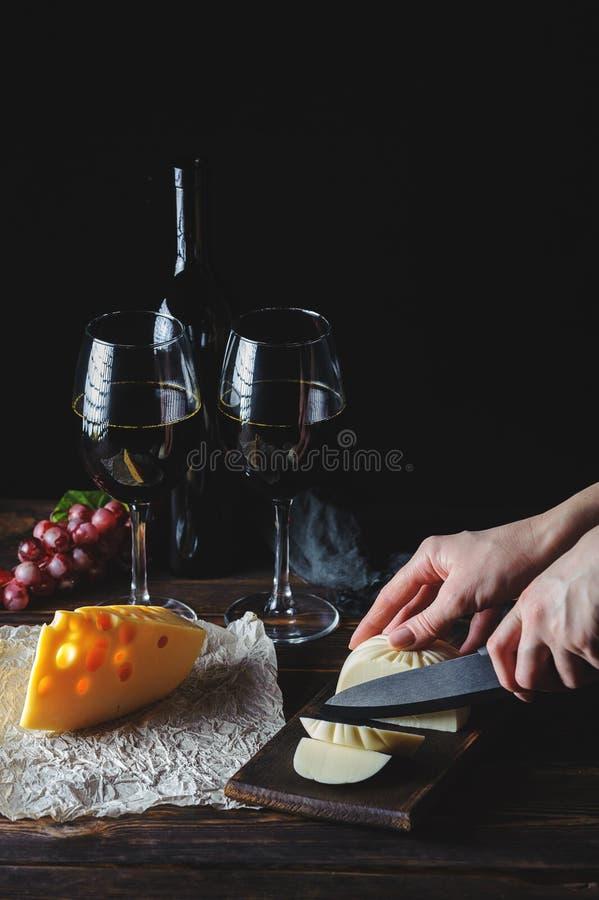 Руки отрезали сыр к вину стоковые изображения rf