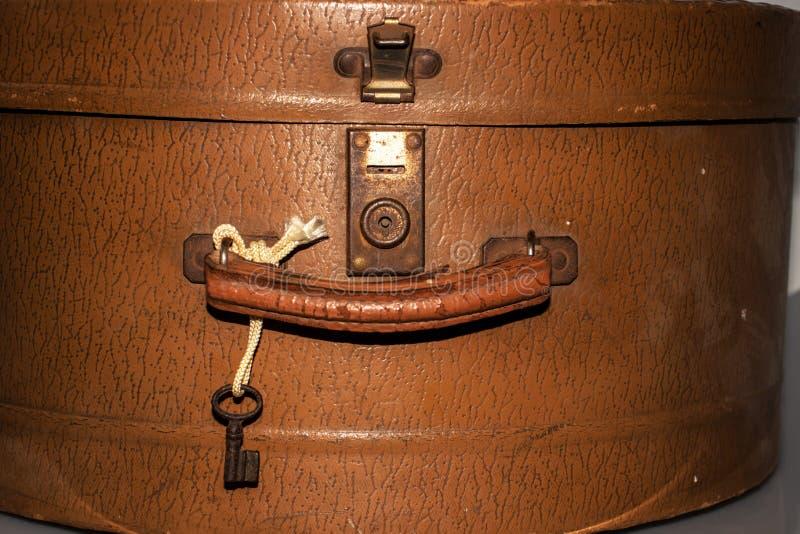 Ручка и замок старой ретро сумки перемещения стоковое фото