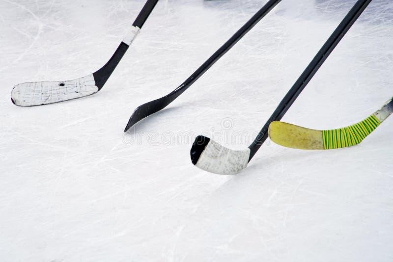 4 ручки хоккея на льде на льде Подготовка для тренировки в открытой местности стоковые изображения rf